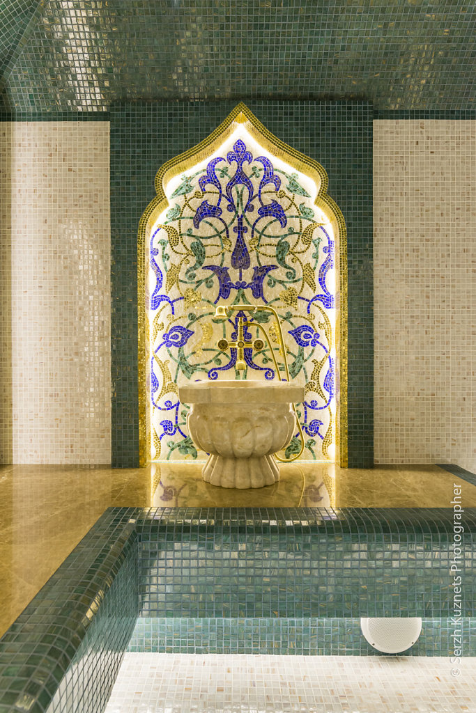 Хамам в мозаике из золота и цвета зелёного папоротника.